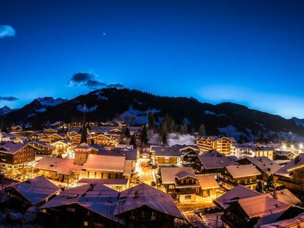 Auch abends locken Gstaad und die Nachbardörfer Besuch an