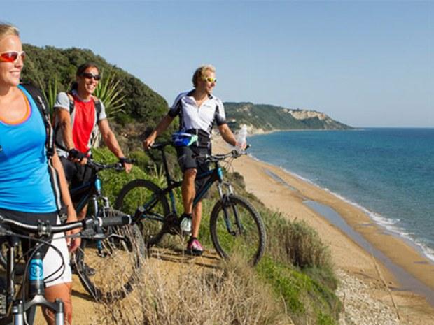 Mountainbiker an Küste Korfus im Inselurlaub in Griechenland
