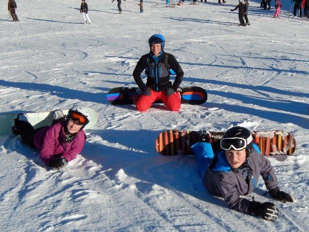Pause der Kindersnowboardgruppe im Skigebiet Gerlos