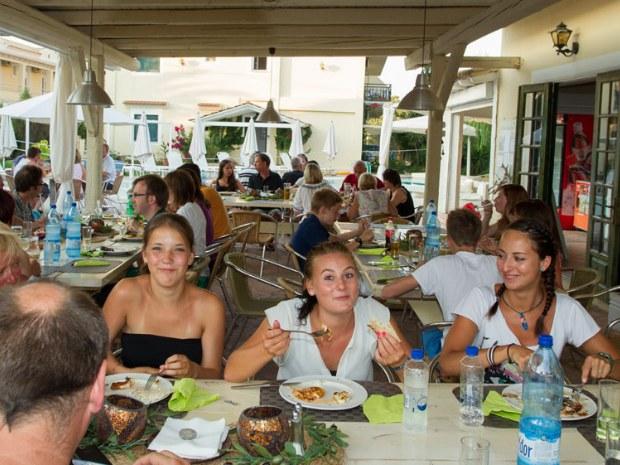 Familie mit Teenagern beim Abendbrot im Familienurlaub