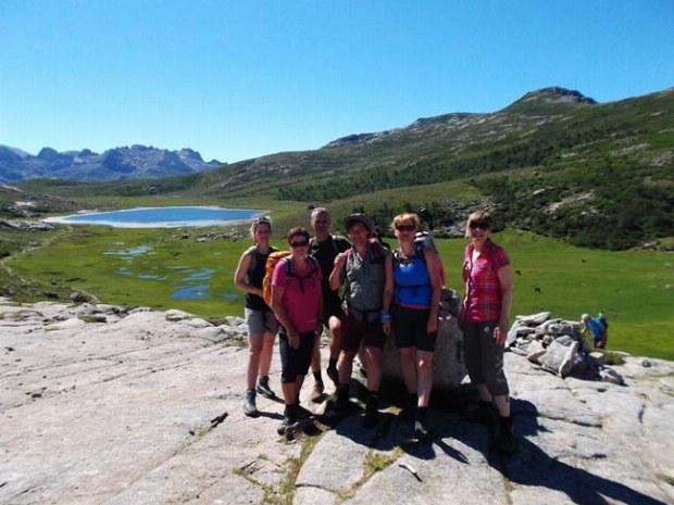 Wandergruppe erreicht den Ninosee auf Korsika