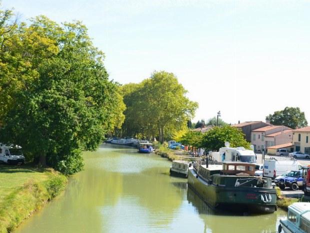 Schiffe am Kai auf dem Canal du Midi