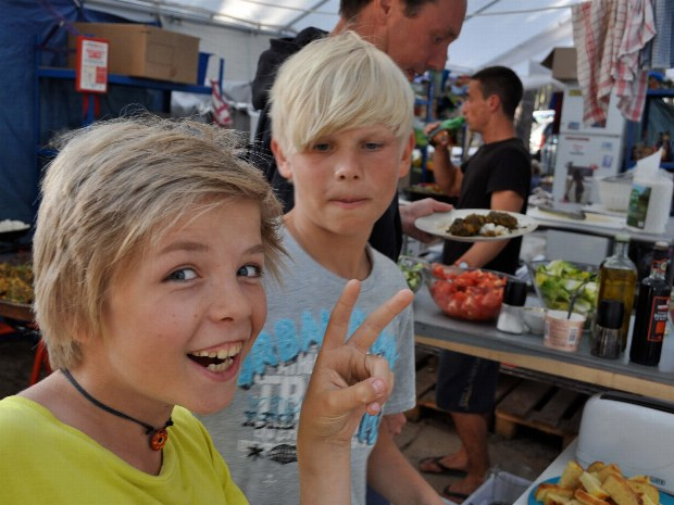 zwei Jungs schauen in der Campküche des Familiencamps vorbei