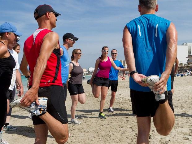 Sportübungen am Strand mit Meerblick