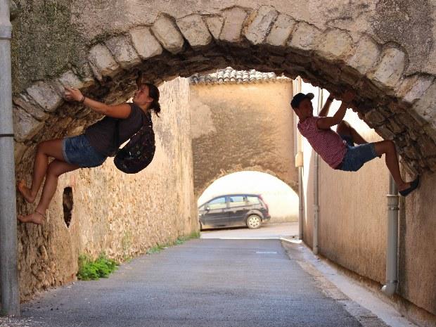 Teilnehmer probieren ihre neuen Kletterkenntnisse unter einem Torbogen aus.