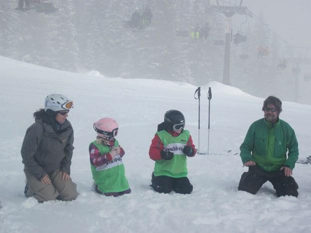 spielerisches Aufwärmen im Kinderskikurs im Skigebiet Bad Hofgastein