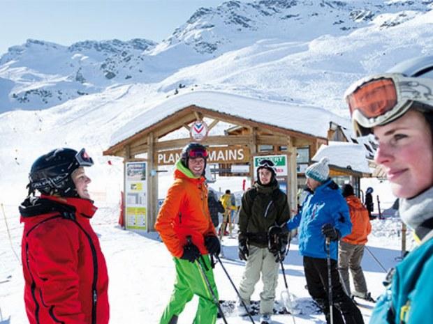 Skigruppe pausiert in der Sonne im Skiurlaub in Le Bettaix in Frankreich