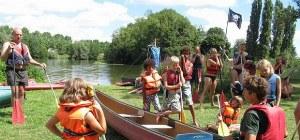 Einweisung ins Kanufahren am Ufer der Loire im Familiencamp