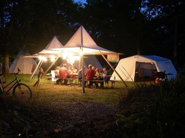 geselliges Beisammensein im Gemeinschaftsbereich des Familiencamp Loire
