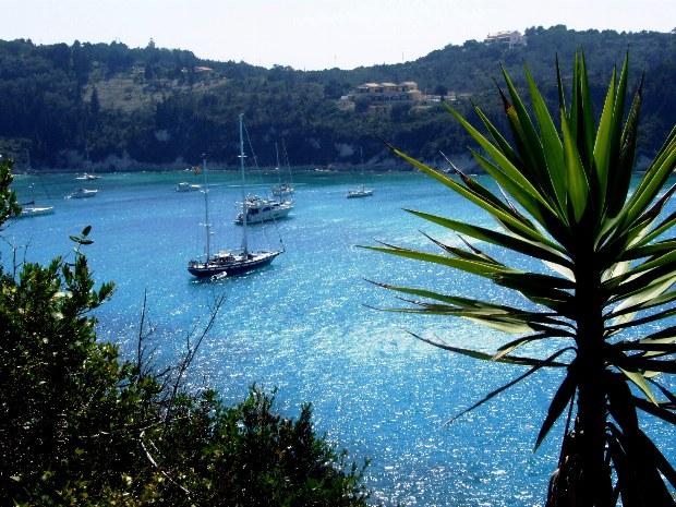 Segelschiffe in einer Bucht vor Korfu