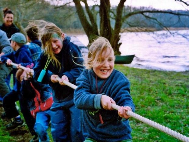 Kinder haben Spaß beim Tauziehen