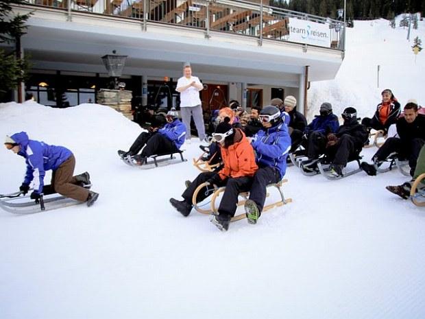 Rodeln vor dem Sportclub in Garfrescha im Skiurlaub in der Schweiz
