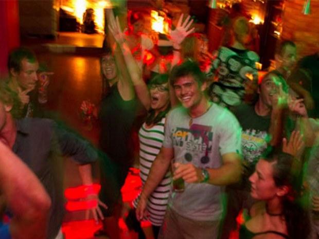 Abend in Hotelbar des Sportclubs auf der Insel Korfu