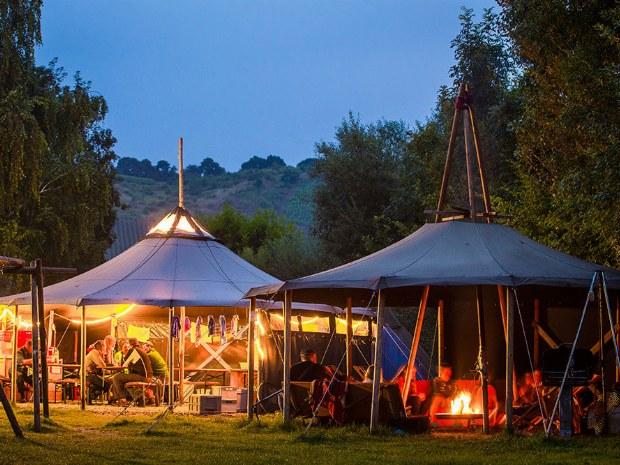 Camp bei Nacht mit Lagerfeuer