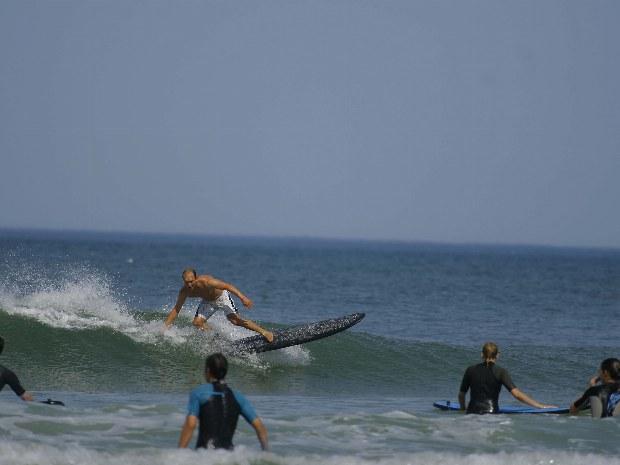 Surfer reitet eine Welle im Atlantik im Surfcamp