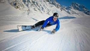 Snowboarder auf der Piste im Skigebiet Flims-Laax in der Schweiz