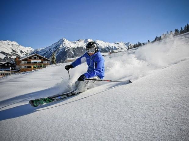 Skifahrer im Pulverschnee bei Sonnenschein im Skigebiet Garfrescha/Montafon