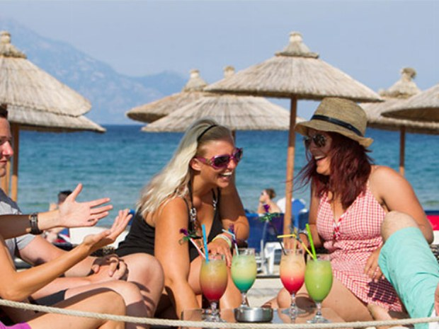 Beachparty am Strand vor Sportclub Sarti Beach auf griechischer Halbinsel