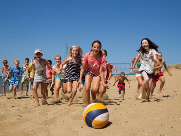 Kinder rennen zum Ball