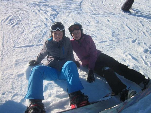 Jugendliche machen Pause vom Snowboarden im Skigebiet Gerlos