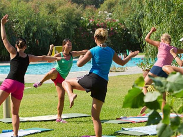 Fitnesskurs am Pool im Inselurlaub auf Korfu