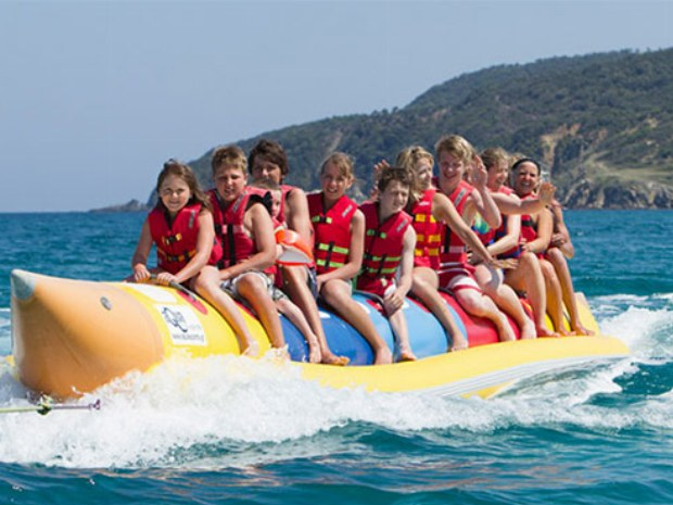 Familie fährt mit einem Bananaboot